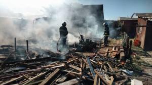 Bombeiros  realizaram o trabalho de rescaldo no local do incêndio que destruiu casa de pescador , em Ipanema